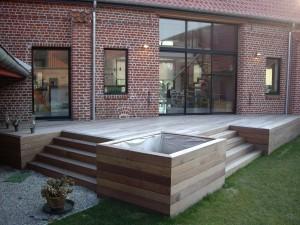Terrasse En Bois, Avec Escaliers Intégrés Et Jardinières Intégrées Dans La  Carcasse, Terrasse Suspendue