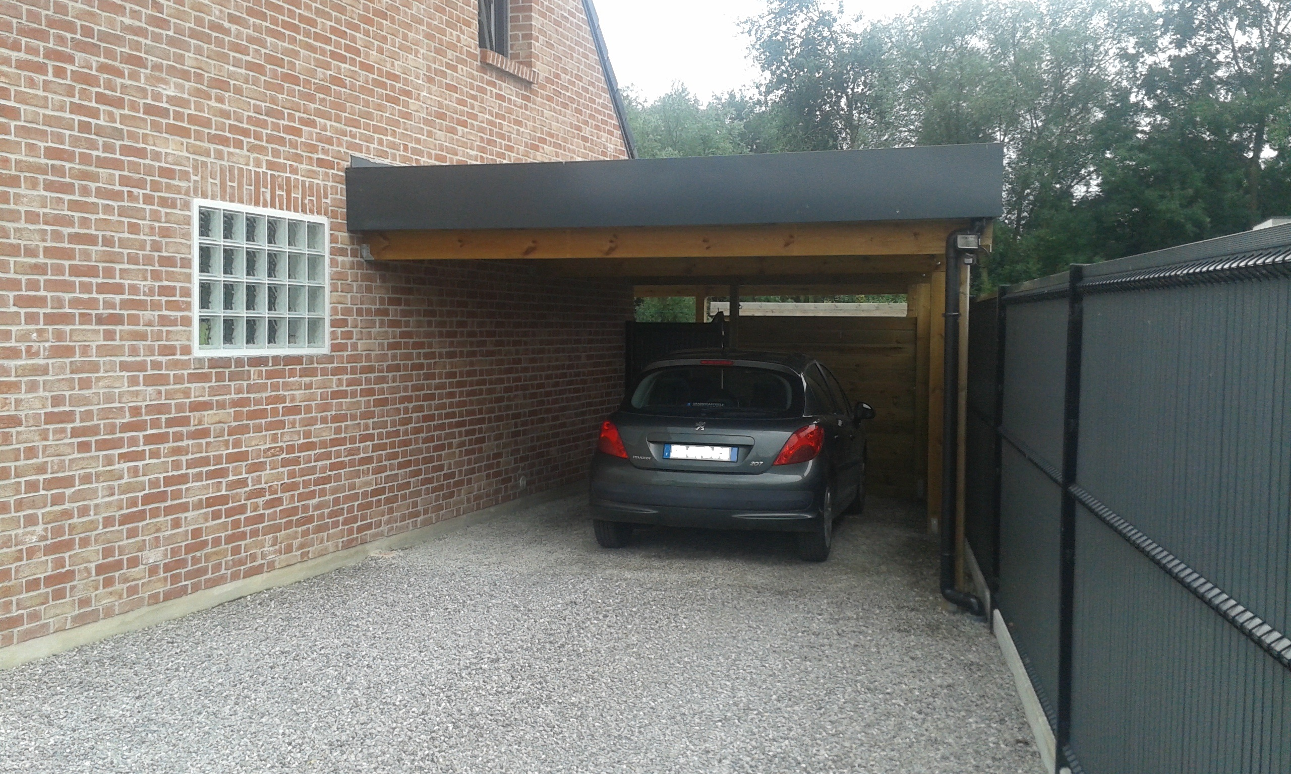 carport adoss en bois pour abriter votre voiture. Black Bedroom Furniture Sets. Home Design Ideas