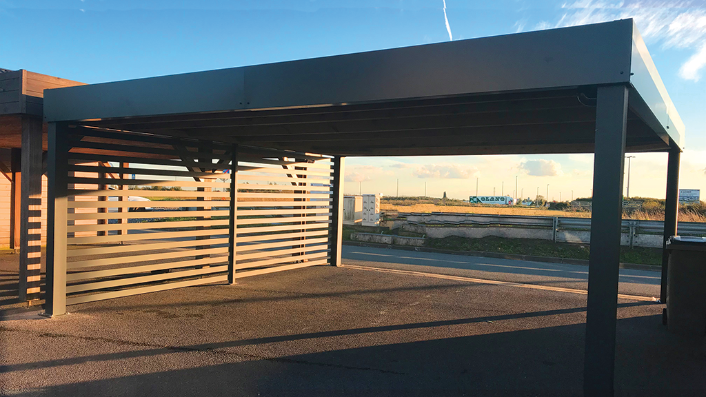 Comment fixer au sol un carport ?
